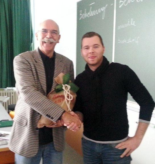 Dankeschön mit kleinem Präsent, rechts Thomas Müller