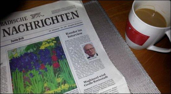 Während ich bei zwei bis drei Tassen Kaffee Zeitung lese, wartet Gandhi schon ganz ungeduldig
